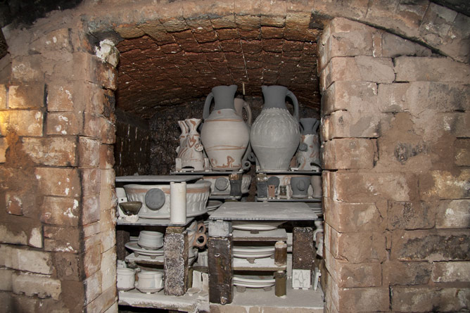 Salt-kiln chamber part packed with raw pots