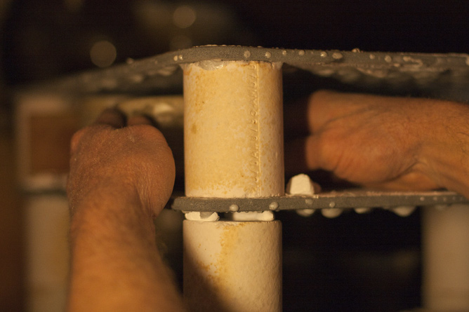 Salt-glaze kiln, unpacking narrow shelf